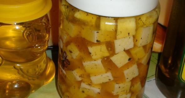 Сыр в пряном медовом маринаде