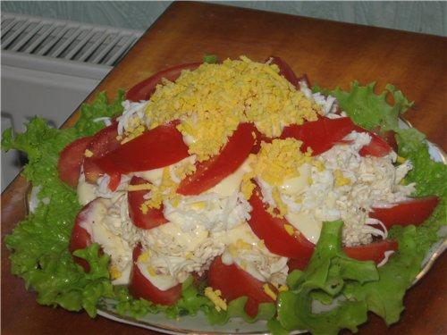 Салат с помидоров сыра и чесноком